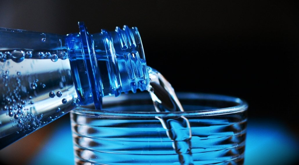 drink water to stay healthy while traveling with children